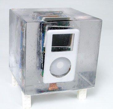 Un iPod démonté et coulé dans la résine