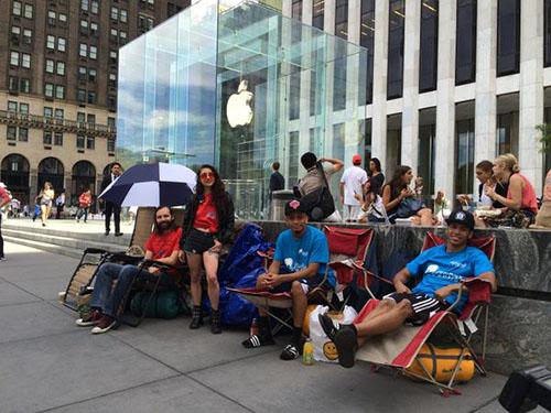 Insolite : ils campent déjà devant l'Apple Store pour l'iPhone 6