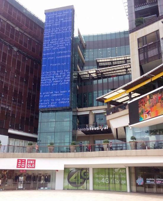 Insolite : un BSOD de 15 mètres de haut à cause d'un PC planté
